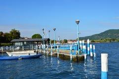 ISEO ITALIEN - MAJ 13, 2017: Sikt av pir av Iseo sjön med fartyg, Iseo, Italien Arkivfoton