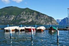 ISEO ITALIEN - MAJ 13, 2017: Sikt av pir av Iseo sjön med fartyg, Iseo, Italien Fotografering för Bildbyråer