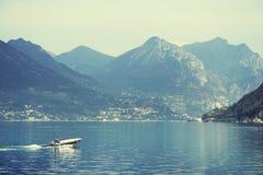 ISEO-MEER, ITALIË, 20 OKTOBER, 2018: Toeristisch schip op Iseo-Meer stock afbeelding