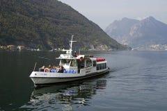 ISEO-MEER, ITALIË, 20 OKTOBER, 2018: Toeristisch schip op Iseo-Meer royalty-vrije stock foto's