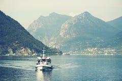 ISEO-MEER, ITALIË, 20 OKTOBER, 2018: Toeristisch schip op Iseo-Meer royalty-vrije stock afbeeldingen