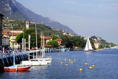 ISEO-MEER, ITALIË, 20 OKTOBER, 2018: Zeilen op Iseo-Meer, dichtbij aan Lovere-stad royalty-vrije stock fotografie