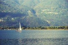 ISEO-MEER, ITALIË, 20 OKTOBER, 2018: Zeilen op Iseo-Meer, dichtbij aan Lovere-stad royalty-vrije stock afbeeldingen