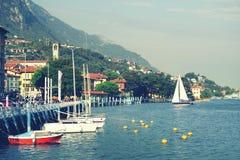 ISEO-MEER, ITALIË, 20 OKTOBER, 2018: Zeilen op Iseo-Meer, dichtbij aan Lovere-stad royalty-vrije stock foto