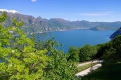 Iseo sjö i fjällängar i nordliga Italien Arkivbilder