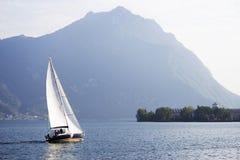 ISEO-SJÖ, ITALIEN, 20 OKTOBER, 2018: Segling på Iseo sjön, nära till den Lovere staden arkivbild