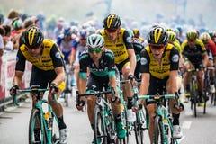 Iseo, Włochy Maj 23, 2018: Grupa fachowi cykliści podróżuje ostatniego podołek trasa przed przyjazdem zdjęcia royalty free