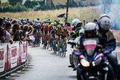 Iseo, Włochy Maj 23, 2018: Grupa fachowi cykliści podróżuje ostatniego podołek trasa przed przyjazdem zdjęcie royalty free