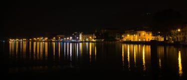 Iseo wioska, Włochy przy nocą - Długi ujawnienie Zdjęcia Stock