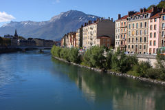 Isere flod i Grenoble och Vercors berg Arkivbilder