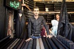 ISFAHAN, DER IRAN - 20. AUGUST 2016: Islamisches Ausstattungsverkäuferhijab, -schleier und -schals in Isfahan-Basar Lizenzfreies Stockfoto