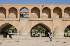 ISFAHAN, DER IRAN - 20. AUGUST 2016: Leute, die selfies auf und nahe bei Si O sie Pol-Brücke im Iran nehmen Lizenzfreie Stockfotos