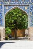 Isfahan, der Iran - Bogen in der Schah-Moschee mit Baum hinten lizenzfreie stockbilder