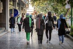 ISFAHAN IRAN - AUGUSTI 20, 2016: Kvinnor som bär den islamiska halsduken som går i gatorna av Isfahan, Iran Royaltyfria Foton