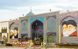 Isfahan IRAN - November 01, 2016: Sikt på väggmålningar av den Ali moskén i Isfahan och att visa ståenden av Ayatollah Khomeini o Arkivbild