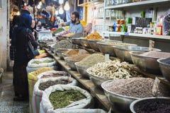 ISFAHAN IRAN, PAŹDZIERNIK, - 06, 2016: Inside pikantność rynek przy Isfahan Zdjęcie Royalty Free