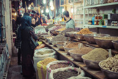 ISFAHAN IRAN, PAŹDZIERNIK, - 06, 2016: Tradycyjni irańczyka rynku półdupki Zdjęcie Royalty Free