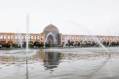 ISFAHAN IRAN, PAŹDZIERNIK, - 06, 2016: Sheikh Lotfollah meczet przy Naq Obraz Royalty Free