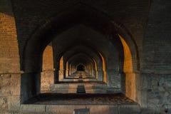 Isfahan Siosepol broarkitektur Arkivfoto