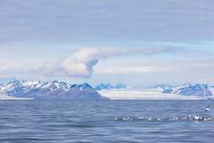 Isfjord in Svalbard in Spitsbergen Mooie baai op de achtergrond van sneeuwbergen stock afbeelding