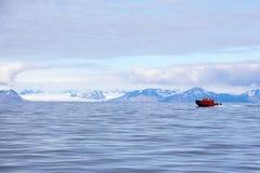 Isfjord in Svalbard in Spitsbergen noorwegen Mooie baai op de achtergrond van sneeuwbergen stock afbeelding