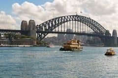 Ishburn prom i inne łodzie krzyżuje pod Sydney schronieniem Brid Zdjęcie Stock