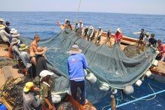 Ishermen está pescando con red barredera para los pescados de atún en el mar de la bahía de Nha Trang en Vietnam Imagenes de archivo