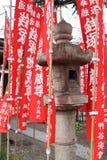 Ishi-doro e röd flagga i Asakusa Arkivfoto