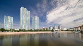 Ishimrivier met moderne torens van woon complexe timelapse hyperlapse in Astana stock videobeelden