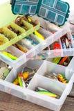 Ishingslokmiddelen en aas in plastic doos royalty-vrije stock afbeelding