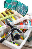 Ishingslokmiddelen en aas in plastic doos stock foto