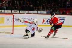 Ishockey nära portspelarna Metallurg (Novokuznetsk) och Donbass (Donetsk) Royaltyfria Bilder