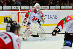 Ishockey nära portspelarna Metallurg (Novokuznetsk) och Donbass (Donetsk) Royaltyfri Fotografi