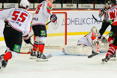 Ishockey nära portspelarna Metallurg (Novokuznetsk) och Donbass (Donetsk) Arkivfoton