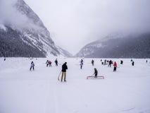 Ishockey på djupfrysta Lake Louise i Banff Royaltyfri Fotografi