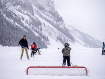 Ishockey på djupfrysta Lake Louise i Banff Arkivfoto