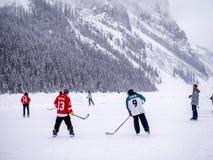 Ishockey på djupfrysta Lake Louise i Banff Fotografering för Bildbyråer