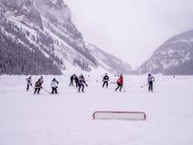 Ishockey på djupfrysta Lake Louise i Banff Royaltyfria Foton