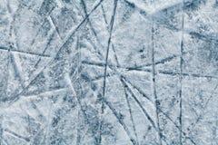 Ishockeyisbana med spår från skridskor Arkivbild