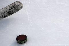 Ishockeypinne med det vita bandet och pucken fotografering för bildbyråer