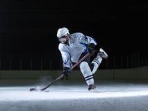 Ishockeyspelare i handling Royaltyfria Foton