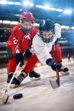 Ishockeyspelare i sporthandling på isen royaltyfri fotografi