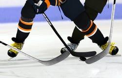 Ishockeyspelare på isbana arkivfoton