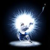 Ishockeyspelaren åker skridskor på en abstrakt bakgrund royaltyfri foto