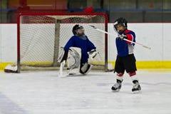Ishockeyspelaren firar, når han har gjort poäng ett mål Fotografering för Bildbyråer