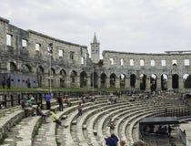 Iside van de ADVERTENTIE van de Amfitheater 1st eeuw in Pula Mensen op de stap Stock Fotografie