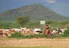 ISIOLO KENYA - NOVEMBER 28, 2008: En okänd kvinna från det tri Royaltyfria Bilder