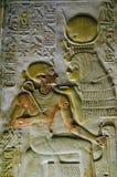 ISIS égyptien antique de déesse avec Pharoah Seti Photos stock