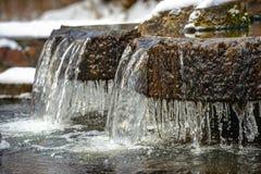 Isistappar på en frysa springbrunn i vinter Royaltyfria Bilder