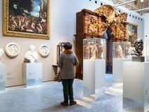 Isitor i korridor av Accademia Carrara i Bergamo royaltyfria bilder